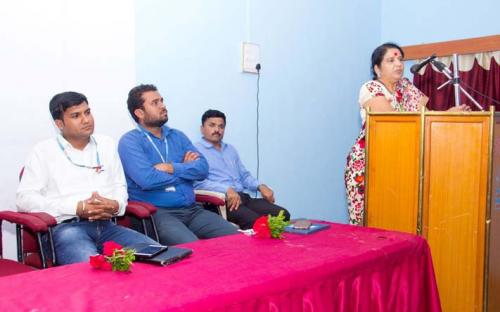 Dr.Deepa Kshirsagar is delevring speech in campus interview.